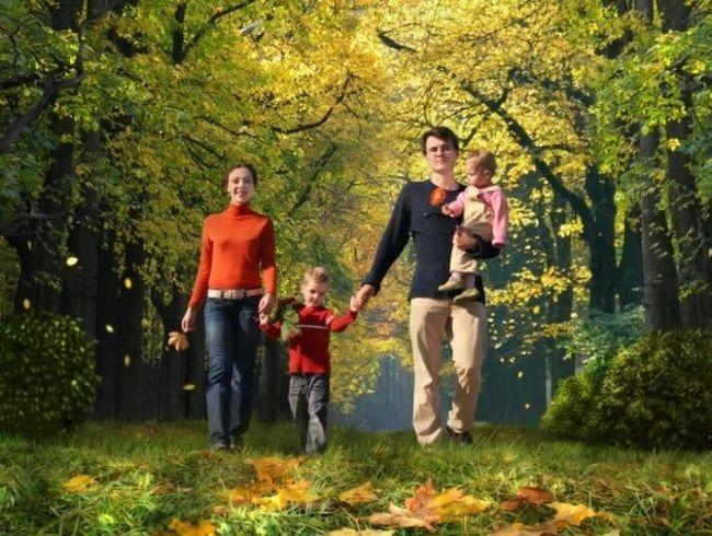 Сім`я гуляє в парку